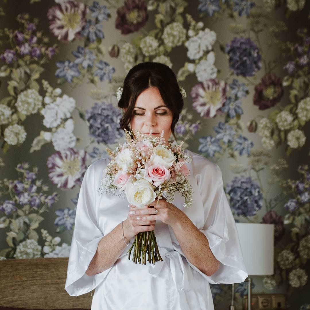Kellie con su ramo de novia